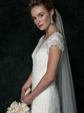 Cap sleeve lace wedding dress | Saja Wedding Dresses 2016 | Simple lace wedding dress by Saja Wedding | Photography by Dayane Ohira