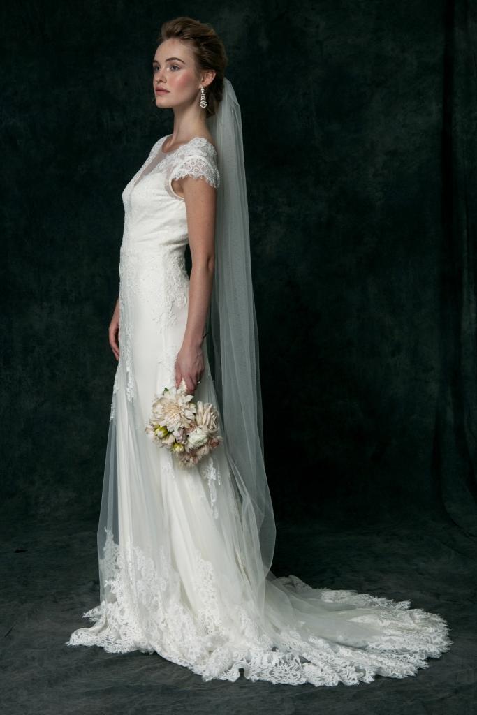 Short sleeve lace wedding dress | Saja Wedding Dresses 2016 | Simple lace wedding dress by Saja Wedding | Photography by Dayane Ohira Style HA6024
