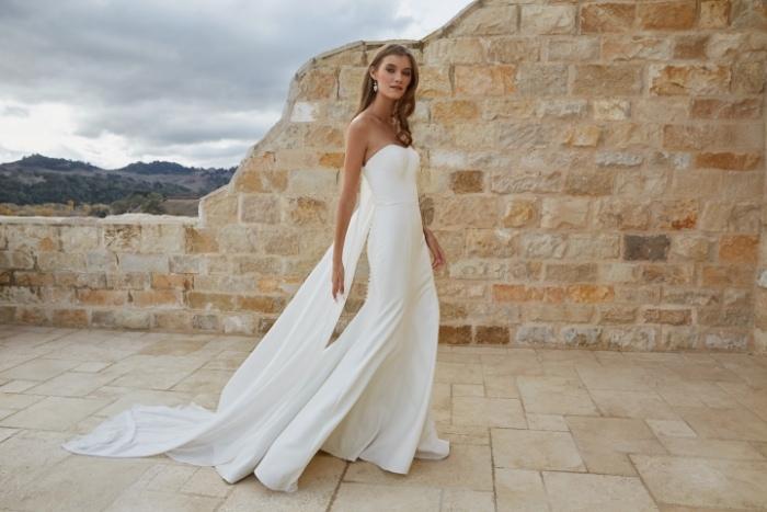Minmalist strapless wedding dress